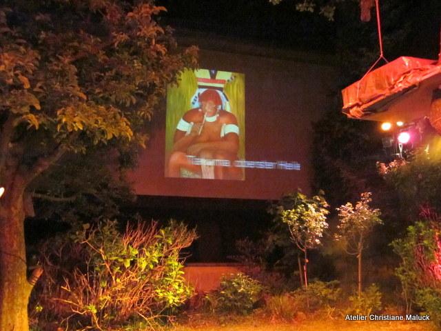 005 Häuptling Takuma als Projektion im Ateliergarten