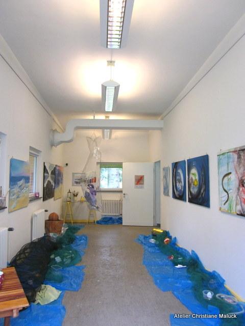 001 Plastikmeer, Raum mit Plastikmüll und einer Reuse aus Draht gefüllt mit Plastik, Ch.Maluck